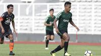 Striker Timnas Indonesia U-23, Osvaldo Haay, menggiring bola saat melawan Semen Padang pada laga ujicoba di Stadion Madya, Jakarta, Selasa (12/3). Keduanya bermain imbang 2-2. (Bola.com/Vitalis Yogi Trisna)