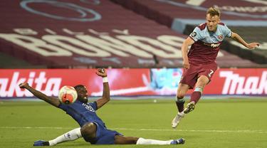 Pemain West Ham United Andriy Yarmolenko (kanan) mencetak gol ke gawang Chelsea pada pertandingan Premier League di London Stadium, London, Inggris, Rabu (1/7/2020). West Ham United mengalahkan Chelsea 3-2. (Michael Regan/Pool via AP)