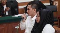 Terdakwa kasus First Travel Andika Surachman bersama istrinya Anniesa Hasibuan memberi keterangan saat menjalani sidang di PN Depok, Jawa Barat, Rabu (30/5). Sedangkan Anniesa Hasibuan di vonis 18 tahun penjara. (Liputan6.com/Herman Zakharia)