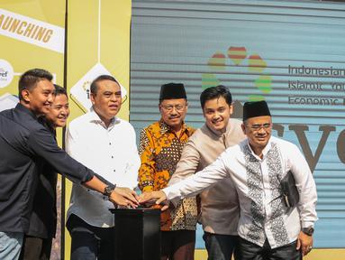 Wakil Ketua Dewan Masjid Indonesia  Syafrudin (ketiga kiri) meresmikan tempat nongkrong Isyef Point di Masjid Cut Meutia, Jakarta, Selasa (20/11). Isyef Point akan menjadi pusat pemberdayaan ekonomi pemuda dan remaja Masjid. (Liputan6.com/Faizal Fanani)