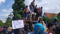 demo menolak penyekatan Suramadu di Balai Kota Surabaya. (Dian Kurniawan/Liputan6.com)