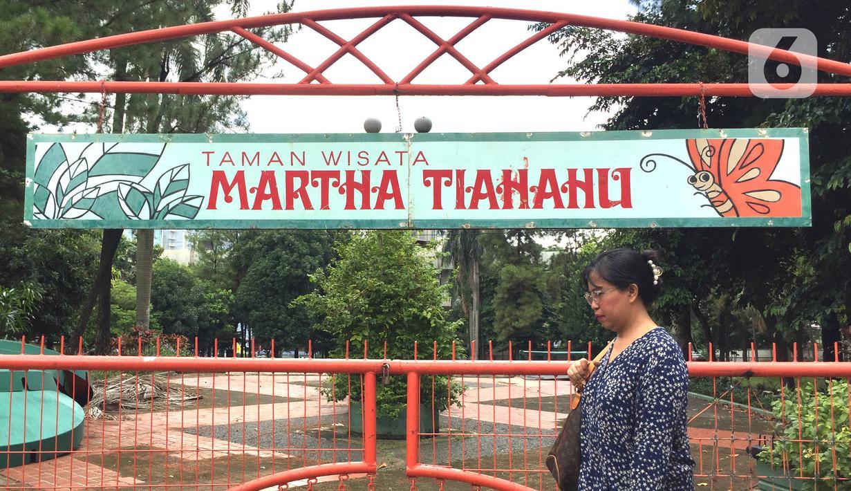 Pejalan kaki melewati Taman Martha Tiahahu di kawasan Blok M, Jakarta, Selasa (18/2/2020). Keasrian dan kenyamanan taman yang memiliki luas 20.960 meter persegi tersebut dinilai terbengkalai dan tak layak menjadi taman kota karena tidak terawat. (Liputan6.com/Immanuel Antonius)