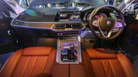 Desain kabin interior mobil First-Ever BMW X7 saat peluncuran di Jakarta, Senin (15/7/2019). BMW Indonesia meluncurkan varian All-New BMW X7 xDrive40i Pure Excellence dilengkapi dengan mesin 6-silinder 3.0-liter BMW TwinPower Turbo bertenaga 340 hp dan torsi hingga 450 Nm.(Liputan6.com/Fery Pradolo)