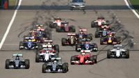 Pembalap Mercedes Lewis Hamiton melakukan start bagus di Sirkuit Shanghai dalam lanjutan seri balapan Formula 1 2015 (JOHANNES EISELE / AFP).