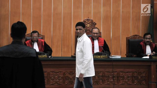 Terdakwa Hercules Rosario Marshal usai menjalani sidang perdana di PN Jakarta Barat, Rabu (16/1). Hercules meminta proses persidangan dipercepat karena ingin melangsungkan umrah. (Merdeka.com/Iqbal Nugroho)