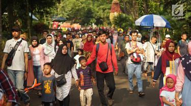 Pengunjung memadati Taman Margasatwa Ragunan (TMR), Jakarta, Kamis (6/6/2019). Setidaknya sebanyak 49.394 warga Ibu Kota dan sekitarnya mengisi libur Lebaran bersama keluarga dengan mengunjungi destinasi liburan murah meriah tersebut. (Liputan6.com/Immanuel Antonius)