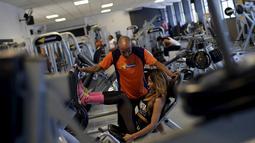 Larissa Neto saat berlatih gym bersama instruktur latihannya di Brasil, (3/2). Setiap sekolah dikepalai oleh Ratu Drums seperti Neto, yang nantinya akan menjadi pusat perhatian saat karnaval berlangsung. (REUTERS / Ricardo Moraes)