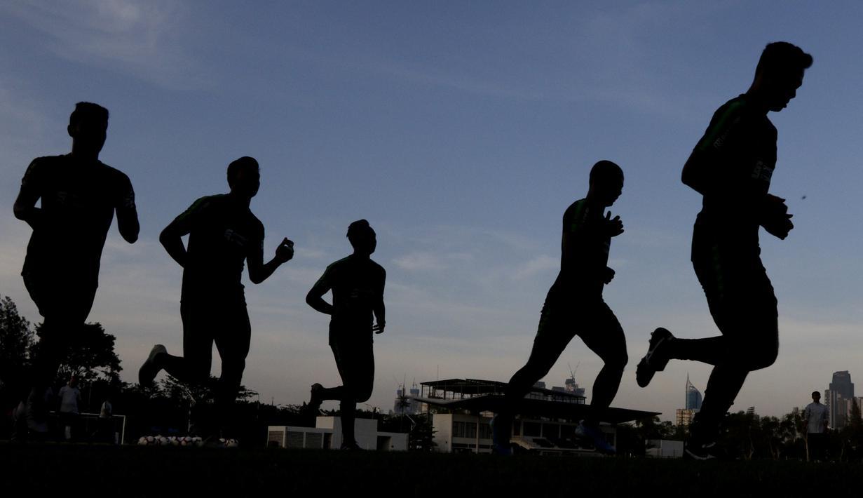 Pemain Timnas Indonesia U-23 berlari saat latihan di Lapangan G, Senayan, Jakarta, Senin (21/10). Latihan ini untuk persiapan jelang SEA Games 2019. (Bola.com/M Iqbal Ichsan)