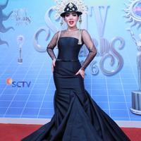 Sontak saja netizen mengarah kepada penyanyi yang sering tampil glamour tersebut. Hal itu juga bisa dilihat dari barang yang dikenakan, hingga beberapa kali terlihat seringnya liburan ke luar negeri. (Adrian Putra/Bintang.com)