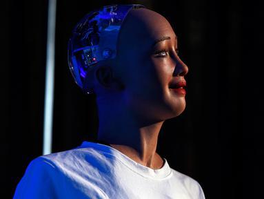Sophia, robot berkewarganegaraan Arab Saudi, menyampaikan pidato pada pameran inovasi di Kathmandu, Nepal, Rabu (21/3). Sophia, robot humanoid yang mampu berdikskusi, berdebat serta menjawab pertanyaan dengan lugas dan tegas. (AP/Niranjan Shrestha)