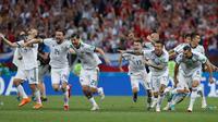 Pemain Rusia berselebrasi setelah sang kiper, Igor Akinfeev menahan tendangan penalti timnas Spanyol pada babak 16 besar Piala Dunia 2018 di Stadion Luzhniki, Minggu (1/7). Rusia lolos ke perempat final setelah menang adu penalti 4-3. (AP/Manu Fernandez)