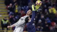 Kiper Bologna, Esmael Da Costa, duel udara dengan gelandang Juventus, Cristiano Ronaldo, pada laga Copa Italia di Stadion Renato Dall'Ara, Bologna, Sabtu (12/1). Bologna kalah 0-2 dari Juventus. (AP/Luca Bruno)