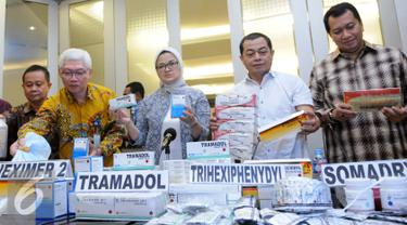 Kepala  BPOM,  Penny Kusumastuti Lukito (tengah) dan Waka Bareskrim Mabes Polri Irjen Pol Antam Novambar (kedua kanan) menunjukan barang bukti obat ilegal saat jumpa pers di Mabes Polri, Jakarta, Selasa,(6/9). (Liputan6.com/Helmi Afandi)