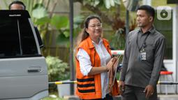 Asisten mantan Komisioner KPU Wahyu Setiawan, Agustiani Tio Fridelia (tengah) saat akan menjalani pemeriksaan penyidik di Gedung KPK, Jakarta, Senin (27/1/2020). Fridelia diperiksa terkait kasus dugaan penerimaan hadiah atau janji penetapan anggota DPR Terpilih 2019-2024. (merdeka.com/Dwi Narwoko)