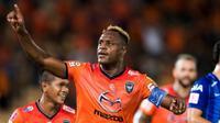 Bek Nakhon Ratchasima asal Indonesia, Victor Igbonefo, berhasil mencetak gol pertamanya untuk klubnya itu di Thai Premier League, Sabtu (24/6/2017). (Bola.com/Instagram)