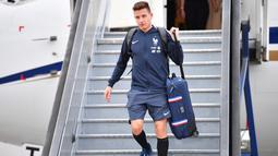 Pemain Prancis, Florian Thauvin mengangkat kopernya saat tiba di Sheremetyevo international airport, Moskow, Rusia, (10/6/2018). Pada laga perdana Prancis akan melawan Australia. (AFP/Yuri Kadobnov)