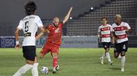 Pemain PSM Makassar, Anco Jansen (tengah) berusaha menendang bola ke gawang Madura United dalam pertandingan BRI Liga 1 2021/2022 antara Madura United melawan PSM Makassar di Stadion Madya, Jakarta, Minggu (12/9/2021). Pertandingan berakhir imbang 1-1. (Foto: Bola.com/Ikhwan Yanuar)