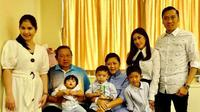 Menantu Ani Yudhoyono, Annisa Pohan Yudhoyono dan Aliya Rajasa Yudhoyono bergantian menjaga sang mertua yang tengah dirawat di Singapura. (Foto: Instagram @aniyudhoyono)