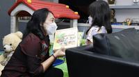 Menteri PPPA, Bintang Puspayoga kunjungi anak korban kekerasan. Foto: KemenPPPA.