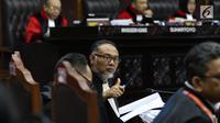 Ketua tim hukum Prabowo-Sandiaga, Bambang Widjojanto mengacungi jempol di sela sidang perdana sengketa Pilpres 2019 di Mahkamah Konstitusi, Jumat (14/6/2019). Sidang itu memiliki agenda pembacaan materi gugatan dari pemohon, yaitu paslon 02 Prabowo Subianto-Sandiaga Uno. (Lputan6.com/Johan Tallo)
