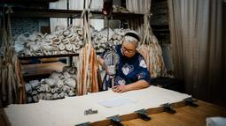 Pekerja menyelesaikan pembuatan sepatu pointe di bengkel perusahaan Grishko, Moskow, Rusia, 25 Februari 2020. Pendiri perusahaan, Nikolay Grishko mengatakan perusahaannya beroperasi saat tradisi balet di Rusia masih sangat kental. (Dimitar DILKOFF/AFP)