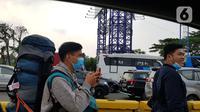 Calon penumpang pesawat berjalan kaki menuju bandara Soekarno Hatta di Tangerang, Banten, Selasa (10/11/2020). Banyak calon penumpang yang harus berjalan kaki karena tertutupnya akses menuju terminal massa yang akan menjemput kedatangan Habib Rizieq Shihab (HRS).  (Liputan6.com/Herman Zakharia)
