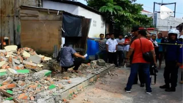 Tembok sebuah sekolah di Pekanbaru, Riau mendadak runtuh. Kejadian ini membuat dua orang tewas dan beberapa lainnya luka-luka.