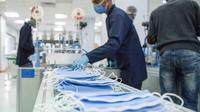 Orang-orang bekerja di sebuah pabrik yang memproduksi masker medis di Kairo, Mesir, 14 April 2020. Para karyawan bekerja siang dan malam untuk mengoperasikan lima mesin canggih yang dibawa dari China untuk memproduksi hingga 750.000 masker medis per hari. (Xinhua/Wu Huiwo)