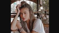 Awkarin mengaku kesakitan saat memasang hair extension demi gaya rambut cornrows itu. (dok. Instagram @awkarin/https://www.instagram.com/p/BxZOvJZjAUP/Dinny Mutiah)