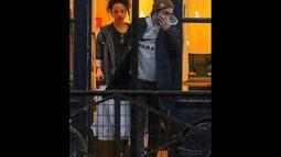 Pasangan yang tengah dimabuk cinta itu terlihat keluar masuk beberapa toko di kota Paris, (15/10/14). (Dailymail)