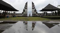 Sejumlah wisatawan mengunjungi Pelataran Agung Pura Lempuyang, Karangasem, Bali, Kamis (7/12). Erupsi Gunung Agung menyebabkan sejumlah destinasi wisata di kawasan Bali Timur mengalami penurunan jumlah wisatawan. (Liputan6.com/Immanuel Antonius)