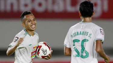Pemain PS Sleman, Irfan Jaya melakukan selebrasi usai mencetak gol ke gawang PSM Makassar pada laga perebutan juara tiga Piala Menpora 2021 di Stadion Manahan, Solo, Sabtu (24/4/2021). (Bola.com/M Iqbal Ichsan)