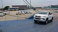 Ilustrasi ekspor mobil Toyota dari Indonesia. (ist)