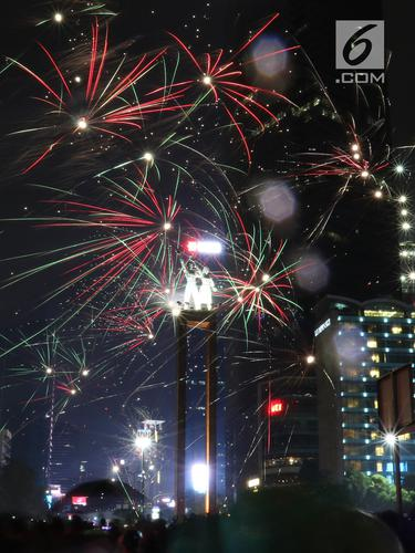 Kembang Api Hiasi Malam Pergantian Tahun Baru di Bundaran HI