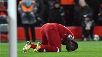 Pemain Liverpool, Sadio Mane bersujud setelah mencetak gol ke gawang Manchester City pada leg pertama perempat final Liga Champions di Anfield, Liverpool, Inggris, Rabu (4/4). Liverpool menang tiga gol tanpa balas. (Anthony Devlin/AFP)