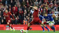 Gelandang Liverpool, James Milner, melakukan eksekusi penalti saat melawan Leicester pada laga Premier League di Stadion Anfield, Liverpool, Sabtu (5/10). Liverpool menang 2-1 atas Leicester. (AFP/Paul Ellis)