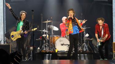 Aksi panggung The Rolling Stones saat tampil di MetLife Stadium, East Rutherford, New Jersey, Amerika Serikat, Senin (5/8/2019). The Rolling Stones sukses menggebrak panggung MetLife Stadium dalam tur Amerika-Kanada yang bertajuk 'No Filter'. (Photo by Greg Allen/Invision/AP)