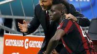 Sinisa Mihajlovic (L) gives instructions to Mario Balotelli during their match against Palermo in their Serie A soccer match at the San Siro stadium in Milan, Italy, September 19, 2015. REUTERS/Stefano Rellandini