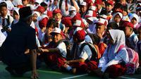 Seorang guru menyapa murid baru di hari pertama masuk sekolah di sekolah SDN 03, Pesanggrahan, Jakarta Selatan, Senin (16/7). Hari ini merupakan hari pertama masuk sekolah untuk tahun ajaran 2018-2019. (Merdeka.com/Arie Basuki)