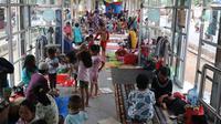 Warga korban banjir mengungsi di Halte Transjakarta Jembatan Baru, Cengkareng, Jakarta, Jumat (3/1/2020). Lansia dan anak-anak ikut mengungsi di Halte Transjakarta Jembatan Baru karena rumah mereka masih terendam banjir. (Liputan6.com/Angga Yuniar)