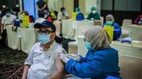 IPB University bersama Dinas Kesehatan Kota Bogor melakukan vaksinasi Covid-19 bagi pendidik di Kota Bogor, selama tiga hari di IPB International Convention Center (IICC), Kota Bogor. (Liputan6.com/Achmad Sudarno)