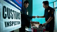 Pemeriksaan barang bawaan penumpang oleh Bea Cukai di bandara. (Dok Bea Cukai)