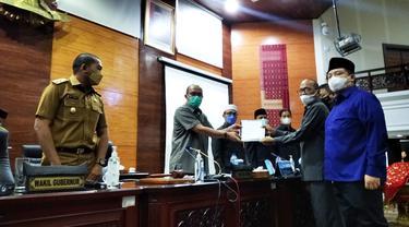 DPRD Sumbar usulkan hak angket untuk selidiki polemik surat bertanda tangan gubernur Sumbar yang dijadikan untuk meminta sumbangan. (liputan6.com/ Novia Harlina)