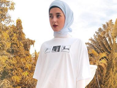 Penampilan Tasya Farasya dengan menggunakan kaus putih dan hijab berwarna senada ini langsung jadi sorotan netizen. Pasalnya, wanita 27 tahun tersebut pun terlihat sangat berbeda dibandingkan penampilan sehari-hari. (Liputan6.com/IG/@tasyafarasya)