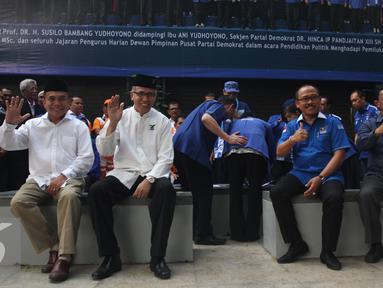 Irwandi Yusuf (kiri) dan Nova Iriansyah (kedua kiri) bersama Suhardi Duka (kedua kanan) dan Kalma Katta ketika deklarasi dan penandatanganan pakta integritas di Kantor DPP Partai Demokrat, Jakarta, Jumat (5/8). (Liputan6.com/Gempur M Surya)