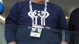 Diego Maradona hadir memberikan dukungan untuk Argentina pada laga grup D Piala Dunia 2018 di Spartak Stadium, Moskow (16/6/2018). Argentina hanya bermain imbang 1-1. (AP/Ricardo Mazalan)
