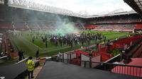 Manchester Evening News melaporkan, sekitar 10.000 fans berkampanye didalam dan luar stadion Old Trafford melawan Glazers. Mereka ingin pengusaha asal Amerika itu angkat kaki dari Old Trafford. (Foto: AFP/Oli Scarff)