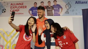 Legenda Bayern Munchen, Martin Demichelis, foto bersama fans di kantor KLY, Jakarta, Minggu (23/6/2019). Kehadiran mantan bek Timnas Argentina itu merupakan bagian dari program Allianz Explorer Camp 2019 di Indonesia. (Bola.com/M Iqbal Ichsan)