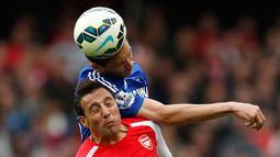 Gelandang Arsenal, Santi Cazorla berebut bola dengan gelandang Chelsea Nemanja Matic saat Laga Liga Premier Inggris di Emirates Stadium, Minggu (26/4/2015). Arsenal bermain imbang 0-0 atas Chelsea. (Reuters/John Sibley)