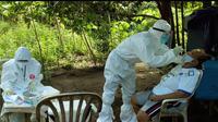 Tim medis melakukan pemeriksaan swab untuk mendeteksi penyebaran Covid-19 di Sulut.